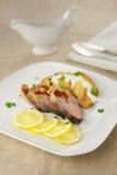 熏制的桃红色三文鱼用柠檬和土豆片 免版税库存照片
