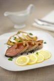 熏制的桃红色三文鱼用柠檬和土豆片 免版税图库摄影