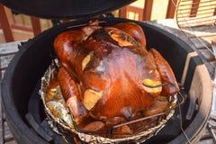 熏制的火鸡被烹调在kamado格栅 库存图片