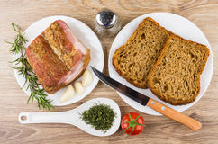 熏制的烟肉、大蒜和迷迭香 面包和厨刀, gree 免版税库存照片
