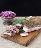 熏制的烟肉用葱和黑麦面包 库存照片