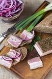 熏制的烟肉用葱和黑麦面包 库存图片