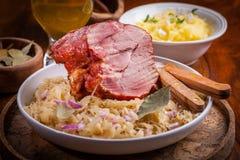 熏制的猪肉用圆白菜 库存图片