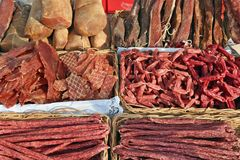 熏制的猪肉香肠和火腿在街道vendo的柜台说谎 免版税图库摄影