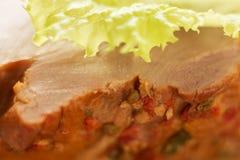 熏制的猪肉,与蔬菜沙拉,宏观射击,接近的细节,肉纹理叶子的火鸡  免版税图库摄影