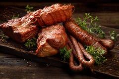 熏制的肉和香肠 一套传统熏制的肉和香肠:火腿,腌火腿,猪腰,家庭式香肠, kabanosy 免版税库存照片