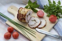 熏制的肉用在切板的香料 库存图片