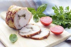 熏制的肉用在切板的香料 图库摄影