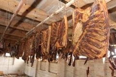 熏制的肉,烟肉在烟房子里 免版税库存照片
