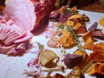 熏制的被烘烤的蜂蜜和橙色给上釉的火腿选择聚焦与混杂的菜 库存图片