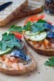 熏制的鱼三明治鲭鱼蕃茄feihua辣椒粉乳酪 库存图片