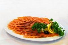 熏制的鱼用在盛肉盘的柠檬 免版税库存图片