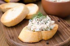 熏制的鱼头脑与酸性稀奶油和莳萝的在敬酒的面包 库存图片