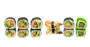 熏制的鳗鱼寿司和卷在白色背景与反射 库存图片