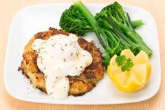 熏制的黑线鳕fishcake正餐用一个荷包蛋 免版税库存图片