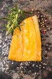 熏制的绿青鳕用迷迭香、干胡椒和盐 免版税库存图片