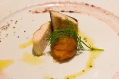熏制鲑鱼、鲭鱼和鲱鱼片断用草本和sau 图库摄影