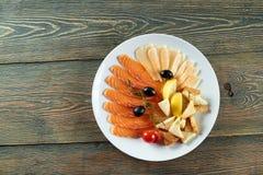 熏制鲑鱼分类用乳酪、橄榄和蕃茄 库存图片