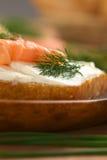 熏制鲑鱼和乳脂干酪点心 库存图片