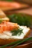 熏制鲑鱼和乳脂干酪点心 免版税库存图片