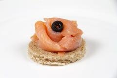 熏制鲑鱼和薄脆饼干 免版税库存图片