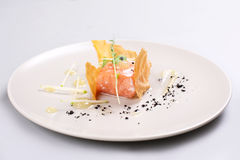 熏制鲑鱼和调味汁由分子美食术技术烹调了 免版税库存照片