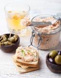 熏制鲑鱼和软干酪传播、奶油甜点、头脑在一个瓶子用薄脆饼干和雀跃在木背景 库存图片