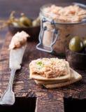 熏制鲑鱼和软干酪传播、奶油甜点、头脑在一个瓶子用薄脆饼干和雀跃在木背景 图库摄影