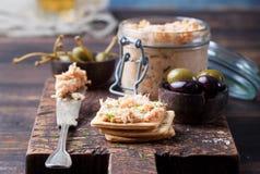熏制鲑鱼和软干酪传播、奶油甜点、头脑在一个瓶子用薄脆饼干和雀跃在木背景 免版税库存图片
