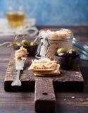 熏制鲑鱼和软干酪传播、奶油甜点、头脑在一个瓶子用薄脆饼干和雀跃在木背景 库存照片