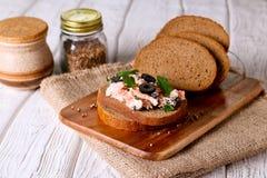 熏制鲑鱼和软干酪传播,奶油甜点,在面包的头脑 库存图片