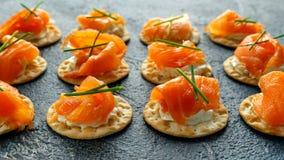 熏制鲑鱼和软的chees点心开胃菜用香葱在石桌上 库存图片