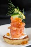 熏制鲑鱼和酸性稀奶油开胃菜 库存图片