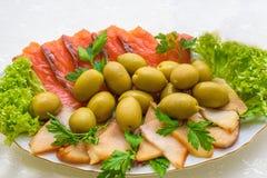 熏制鲑鱼和鱼用橄榄开胃菜 罗宋汤特写镜头烹调俄语汤 库存照片