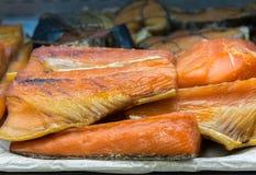 熏制鲑鱼在架子钓鱼在商店 免版税库存照片