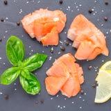 熏制鲑鱼在灰色石头,顶视图,方形的格式的内圆角用柠檬和蓬蒿 库存图片
