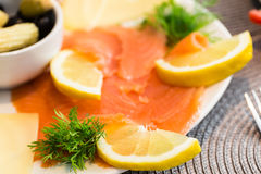 熏制鲑鱼开胃菜用柠檬 免版税库存图片