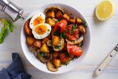 熏制鲑鱼早餐碗用鸡蛋、土豆、蘑菇和米 免版税图库摄影