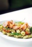 熏制鲑鱼有机蕃茄和蓬蒿新鲜的意大利面制色拉 库存照片