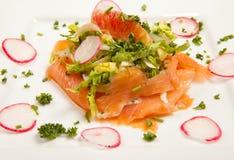 熏制鲑鱼沙拉开胃菜 免版税库存照片