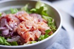 熏制鲑鱼沙拉用红洋葱在餐馆在西勒鸠斯,西西里岛,意大利 免版税库存图片