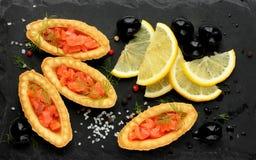 熏制鲑鱼用柠檬,橄榄可口开胃菜,盐溶  免版税库存照片