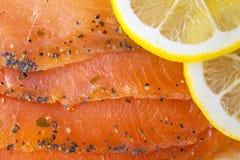熏制鲑鱼用柠檬 免版税库存照片