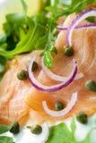 熏制鲑鱼用葱雀跃和芝麻菜 库存图片