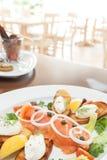 熏制鲑鱼用软干酪和香葱 库存图片