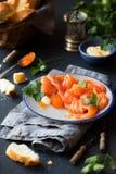 熏制鲑鱼用鱼子酱和面包 免版税库存照片