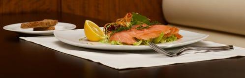 熏制鲑鱼盛肉盘和多士全景  免版税图库摄影