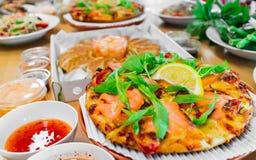 熏制鲑鱼薄饼和Gyoza饺子,普遍的东部和西部食物的组合 库存照片