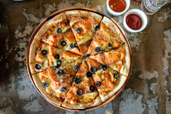 熏制鲑鱼薄饼用在铁桌上的黑橄榄 免版税库存照片