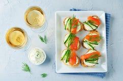 熏制鲑鱼黄瓜乳脂干酪传播开胃菜 图库摄影